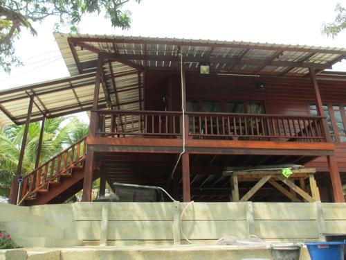 Новопостроена крайречна къща