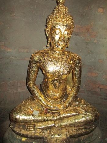 Буда с полепнали златца