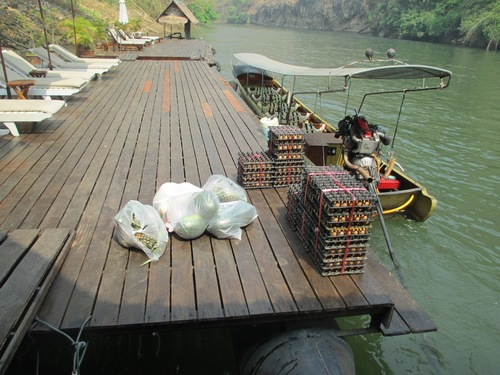 Лодка за хора и продукти за ресторанта