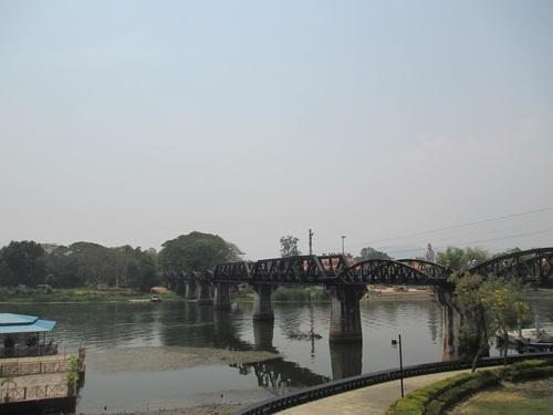 Мостът над реката през горещия сезон