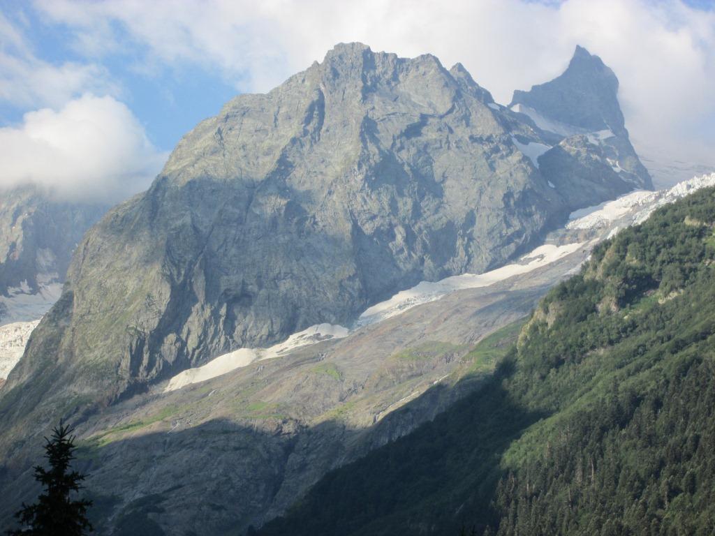 Алпийските върхове над Домбай са величествени