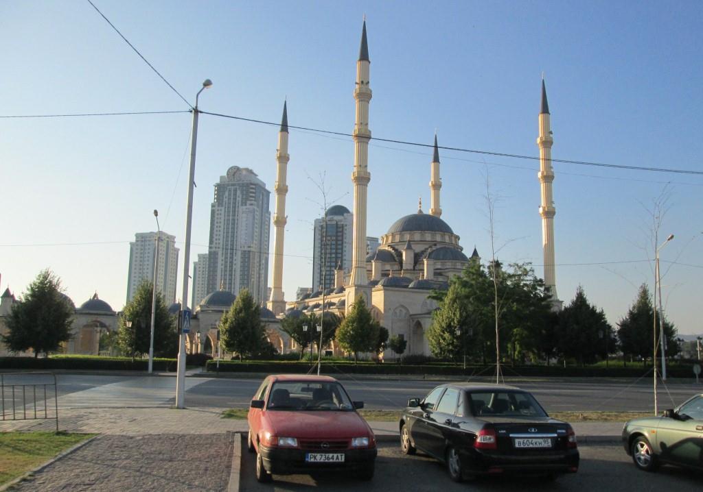 """Опелът на автора пред джамията """"Сърцето на Чечня"""""""