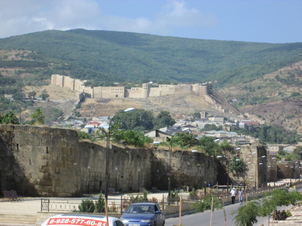 Поглед към персийската крепост в Дербент
