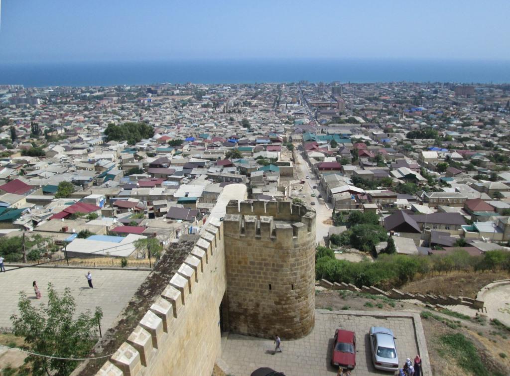 Панорамен поглед от крепостта към Дербент и Каспийско море