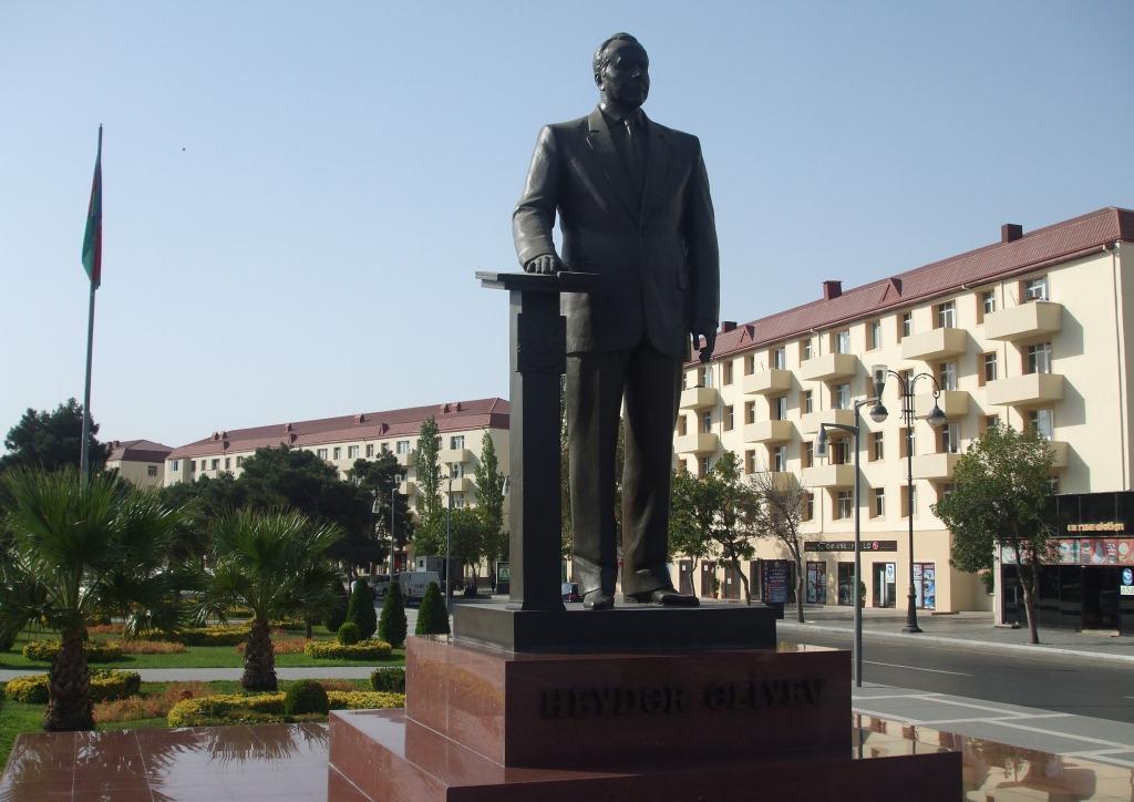 Паметникът на Гейдар Алиев в град Сумгаит