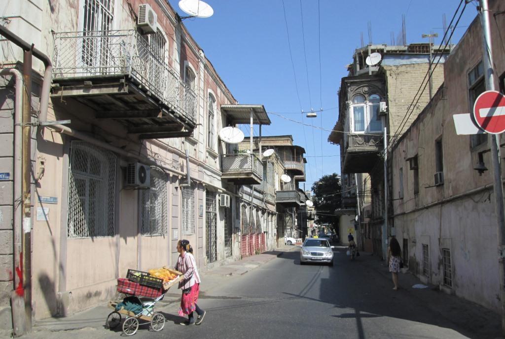 Една от улиците на стария Баку със сгради от края на 19-ти век