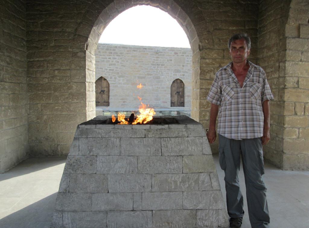 Авторът пред един от горящите каменни олтари