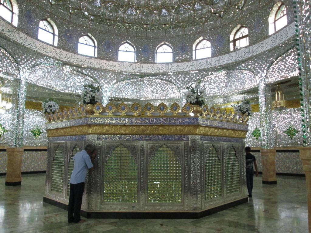 Гробницата на мюсюлмански светец в джамията на поклонническия комплекс в Шувелян