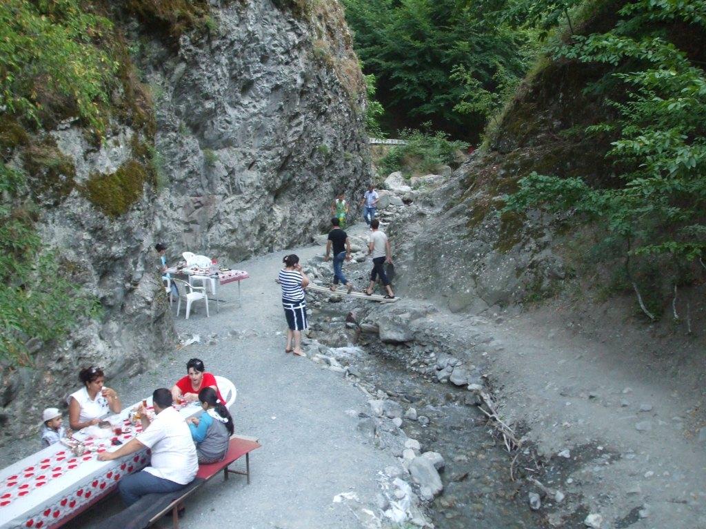 По протежение на тази рекичка бяха наслагани маси, на които хората обядваха