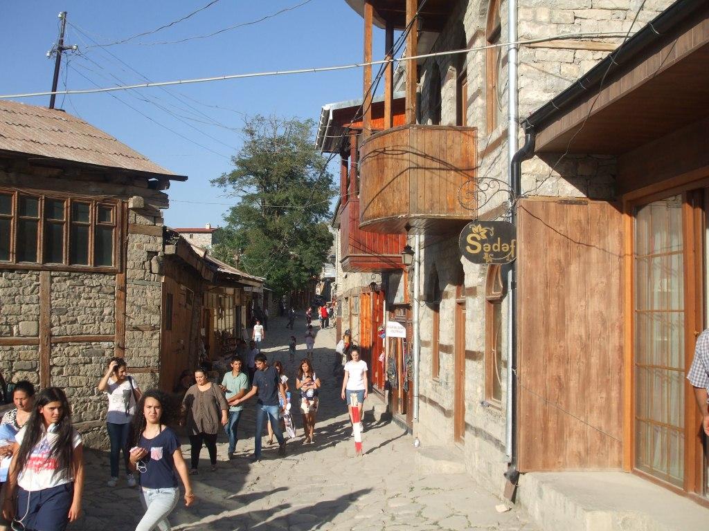 Началото на главната улица в Лахич с магазини и занаятчийски работилници