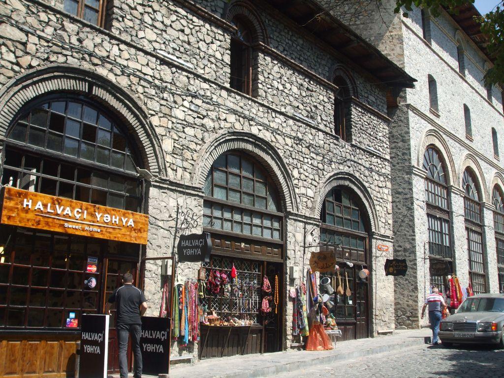 В средновековните здания бяха разположени занаятчийски работилници, магазини и кафенета