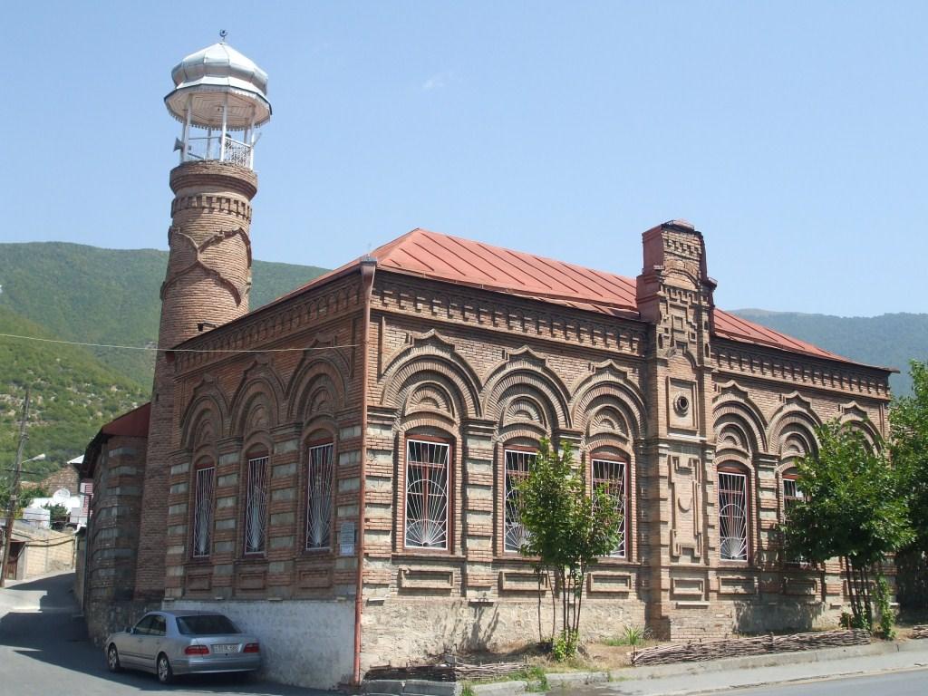 Една от старинните джамии в Шеки