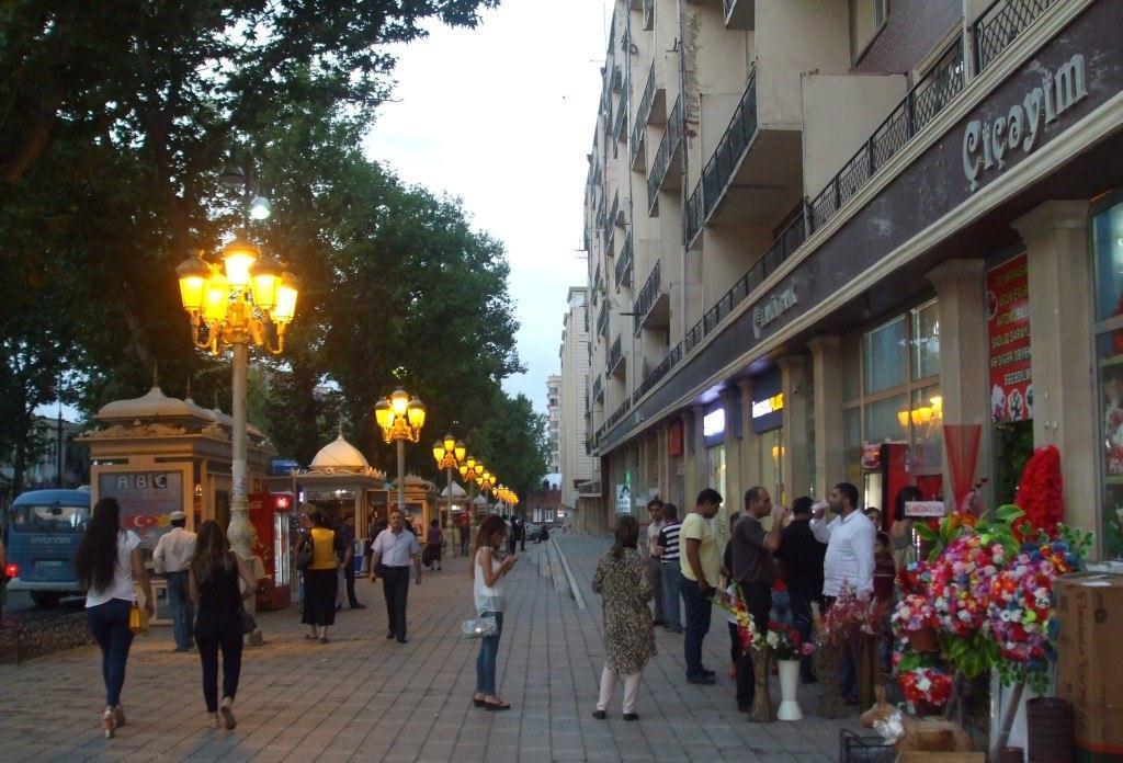 Вечерна разходка по улиците на Ганджа