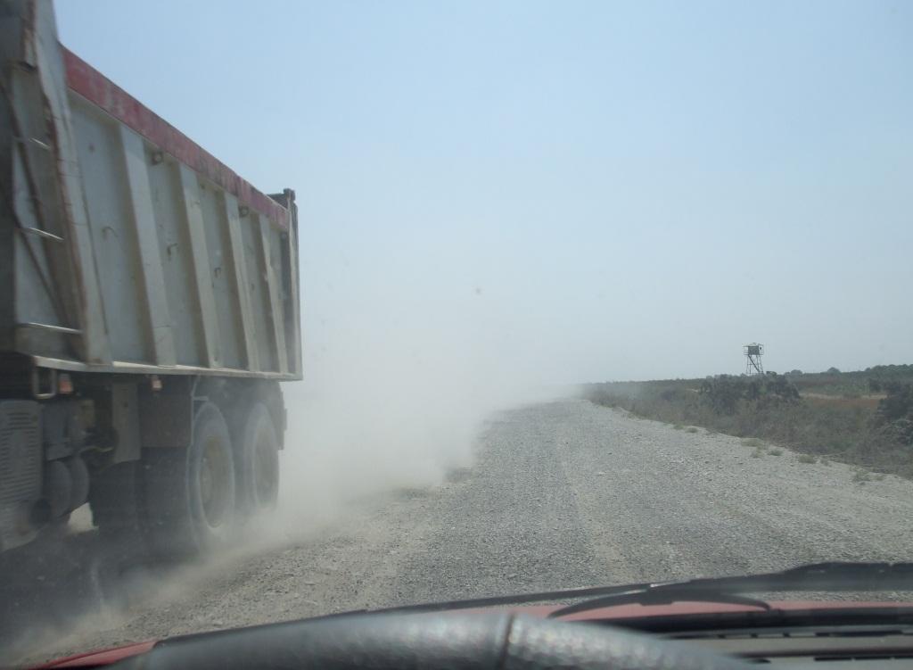 Такива са пътищата в бедната южна част на страната: неравен трамбован чакъл и прах