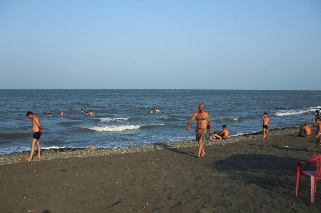 Плажът на Каспийско море в Ленкоран беше покрит с тъмен пясък