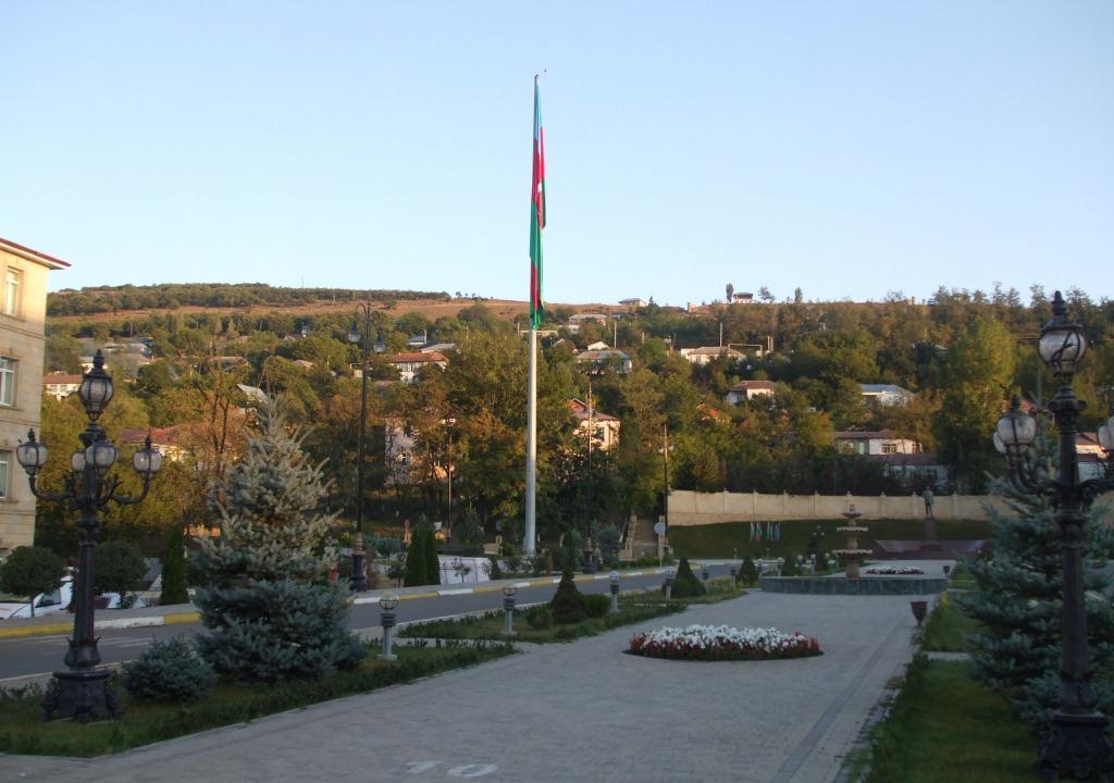 Централният площад в Лерик с националната знаме на Азербайджан