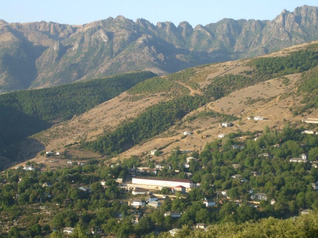 Панорамен поглед към един от кварталите на Лерик и планината Талиш над него