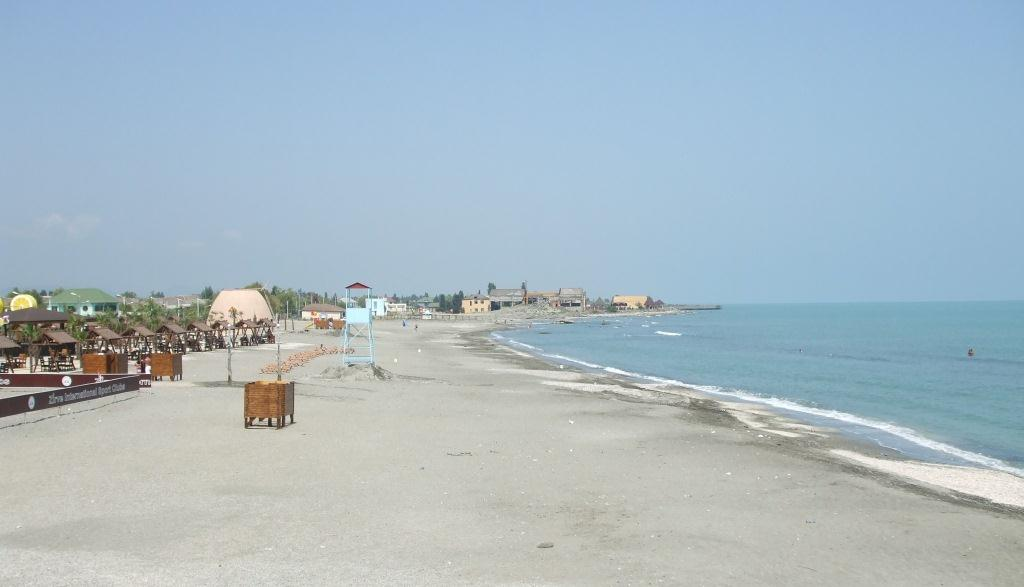 В следобедните часове плажът на Астара беше почти безлюден