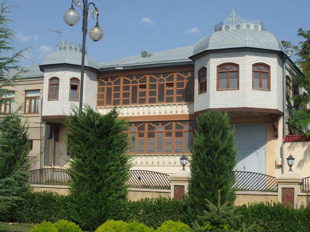 Съвременна къща на богаташ, проектирана в старинен архитектурен стил