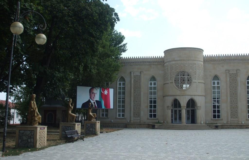Кът от парка Низами, в който са поставени множество статуи