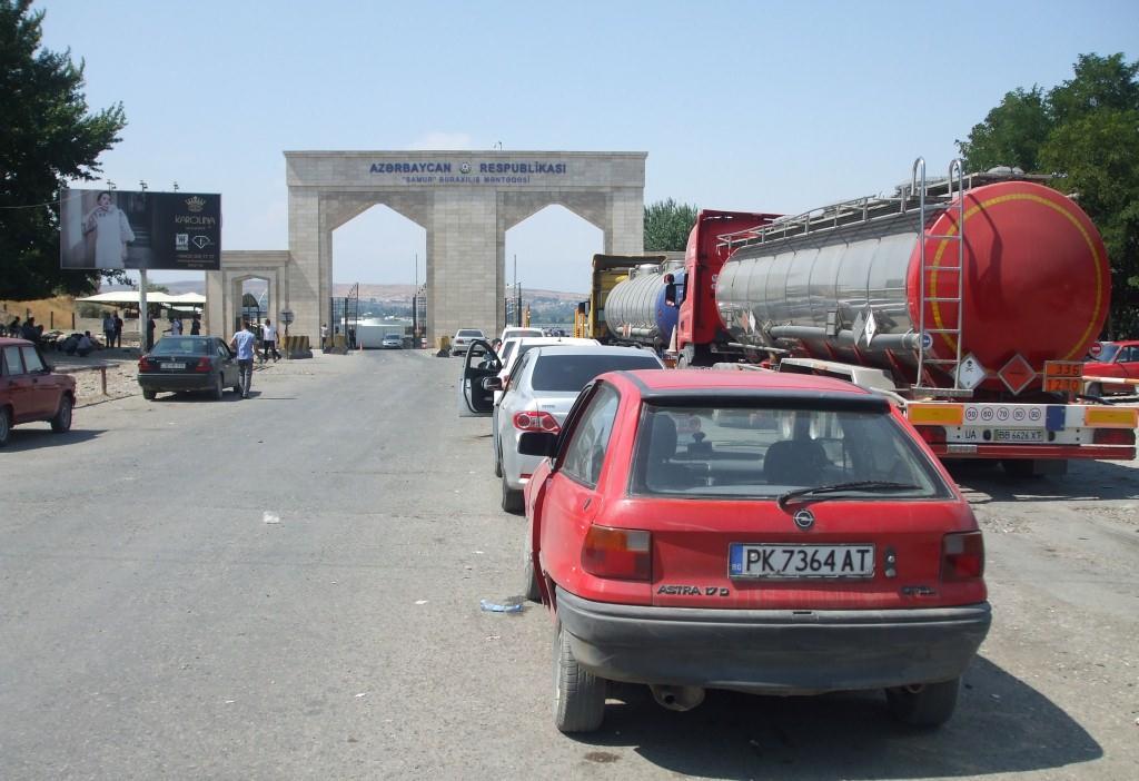 Чакам с Опела на опашката с автомобили за да премина Азербайджанската граница