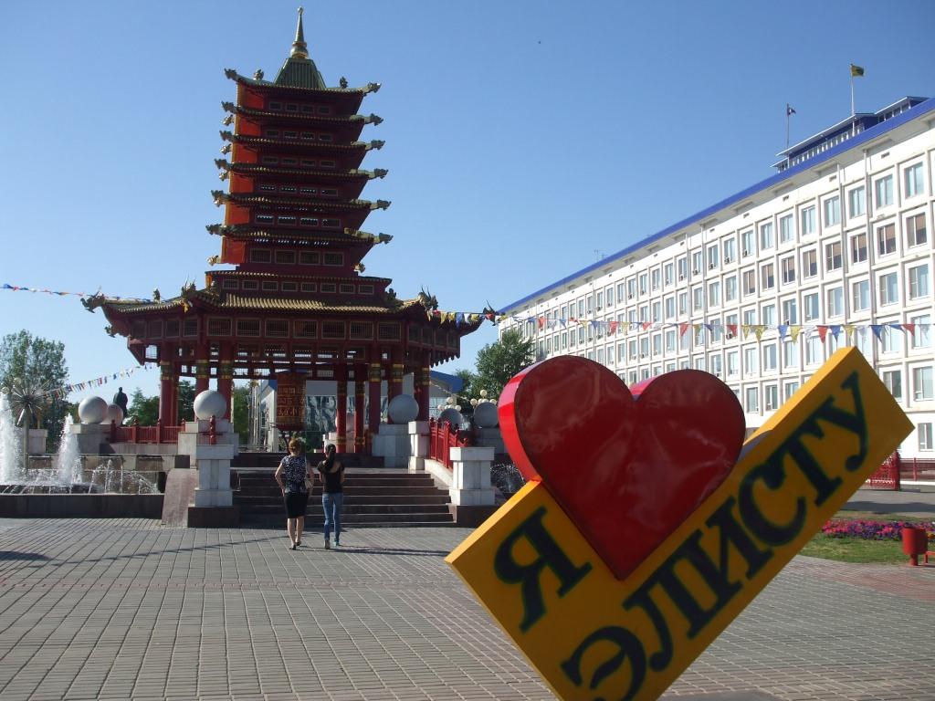 """Пагодата """"Седем дни"""" на централния площад в Елиста"""