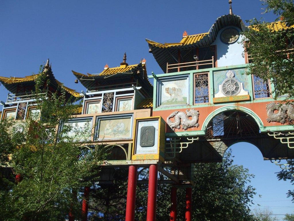 """""""Златната врата"""" се явява главен вход на централния градски парк▲"""