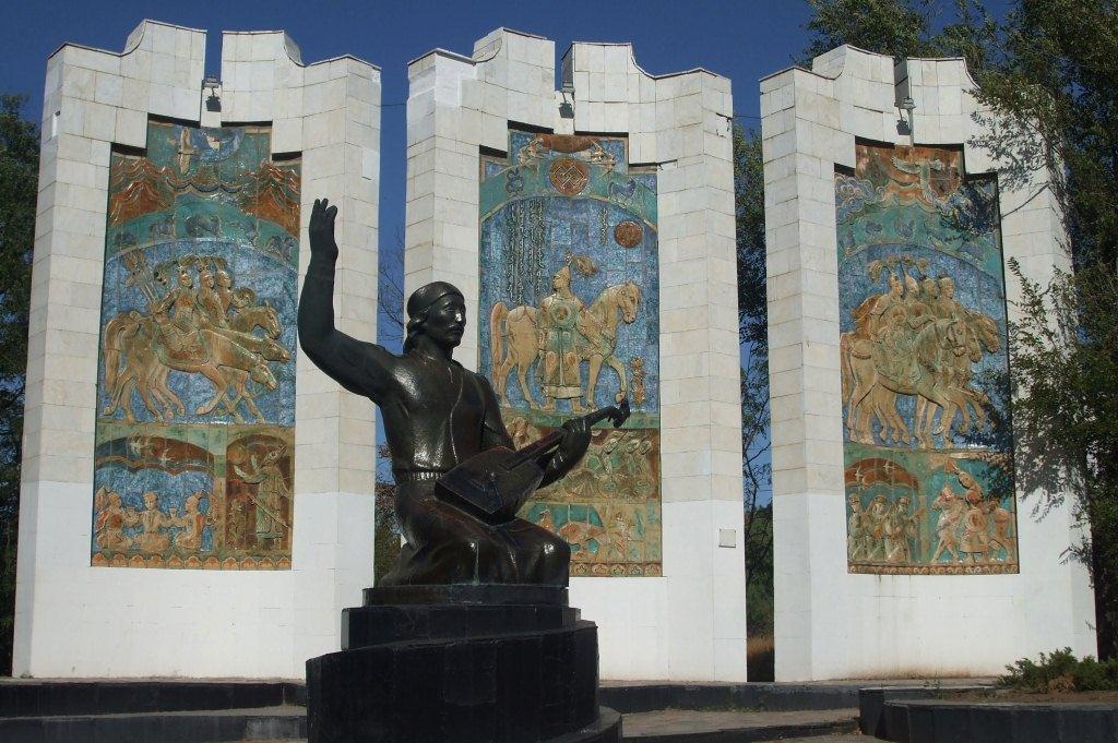 Паметникът на Елян Овла – калмикски народен певец и разказвач