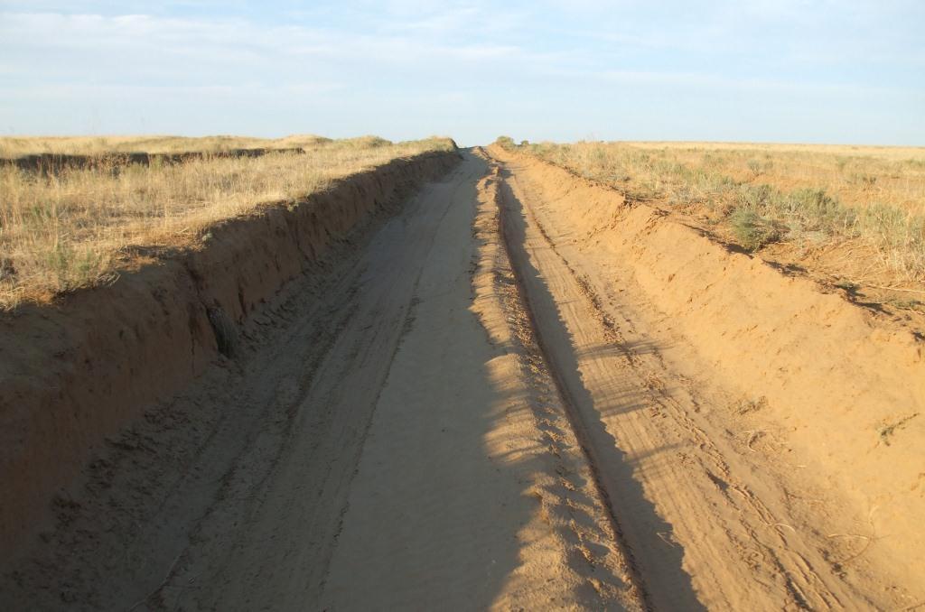 Път през полупустинния терен