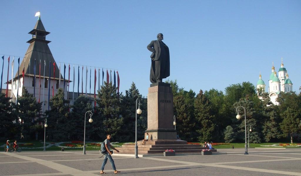 Централният площад е разположен до стените на Астраханския Кремъл и носи името на Ленин