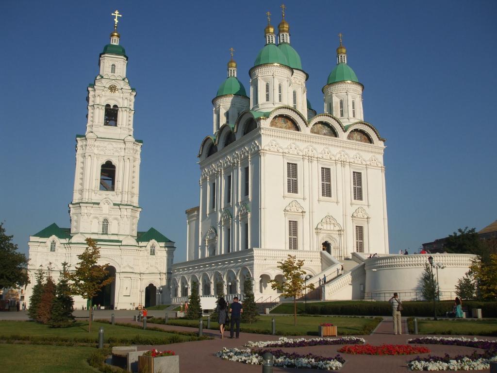 """Храмът """"Успение"""" и камбанарията са част от архитектурния комплекс Астрахански Кремъл"""