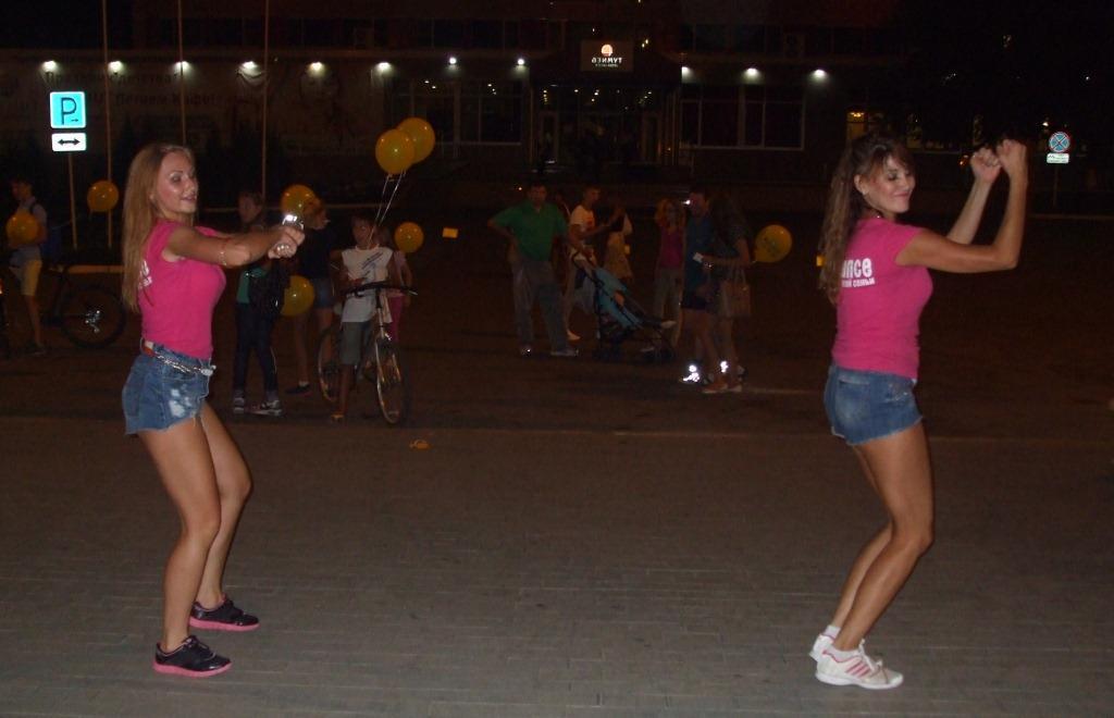 Девойки от танцов клуб играеха и раздаваха рекламни визитки