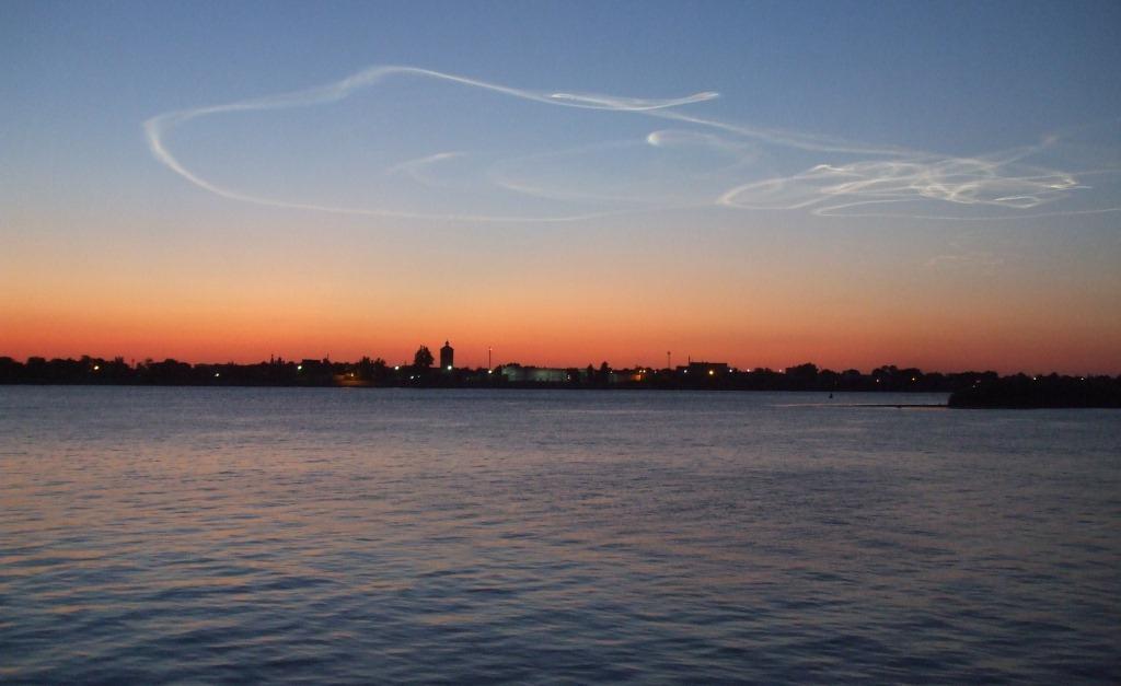 Над река Волга след залез слънце - Астрахан