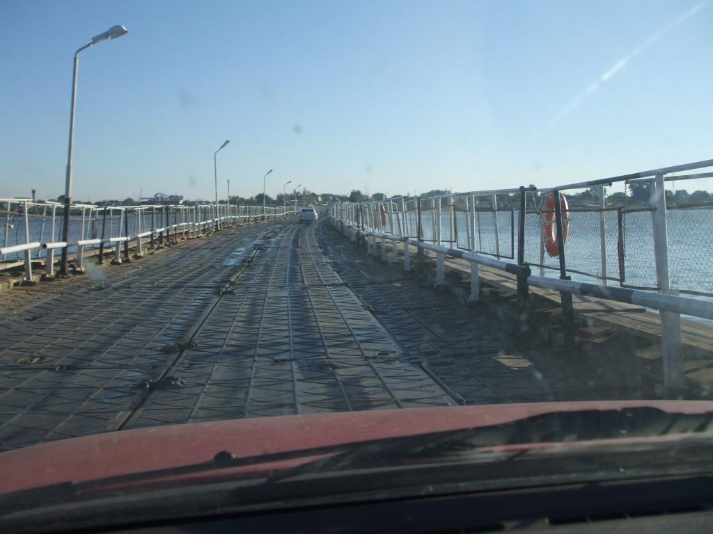 С Опела преминавам по понтонния мост, пресичащ един от ръкавите на Волга
